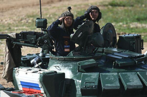 Танковый экипаж военнослужащих России во время соревнований танковых экипажей в рамках конкурса Танковый биатлон-2021 на полигоне Алабино в Подмосковье в рамках VII Армейских международных игр АрМИ-2021. - Sputnik Азербайджан