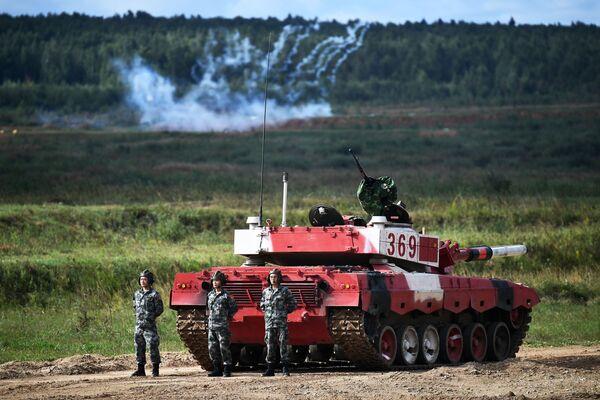 Танковый экипаж военнослужащих Китая во время соревнований танковых экипажей в рамках конкурса Танковый биатлон-2021 на полигоне Алабино в Подмосковье в рамках VII Армейских международных игр АрМИ-2021. - Sputnik Азербайджан