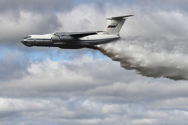 Демонстрационный полёт самолёта Ил-76МД во время конкурса Танковый биатлон-2021 на полигоне Алабино в Подмосковье в рамках VII Армейских международных игр АрМИ-2021. - Sputnik Азербайджан