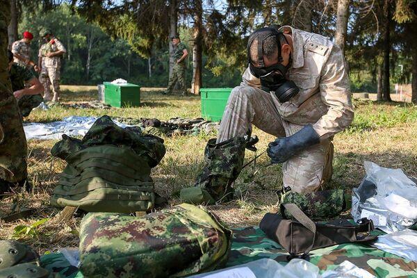 Участники конкурса «Страж порядка» АрМИ-2021 в Сербии получили оружие и экипировку, необходимые для прохождения испытаний. - Sputnik Азербайджан