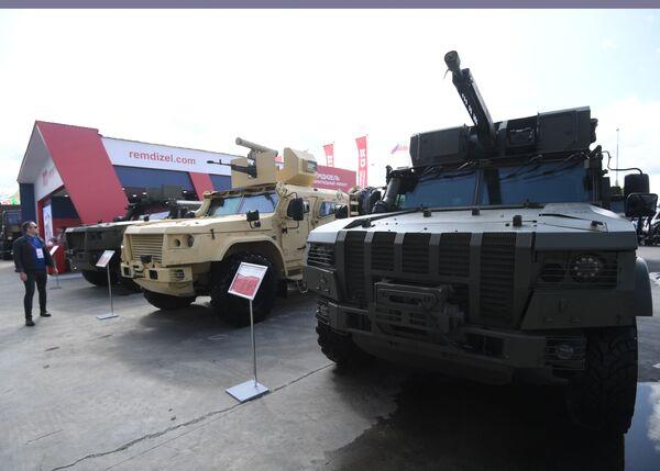 Десантируемый грузопассажирский бронеавтомобиль К-4386 ЗАСН (справа), представленный на открытой экспозиционной площадке Конгрессно-выставочного центра Патриот на Международном форуме АРМИЯ-2021. - Sputnik Азербайджан