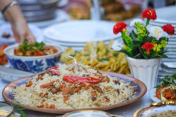 Ну а в самом конце гостей ожидал вкуснейший узбекский плов от шеф-повара посольства. - Sputnik Азербайджан