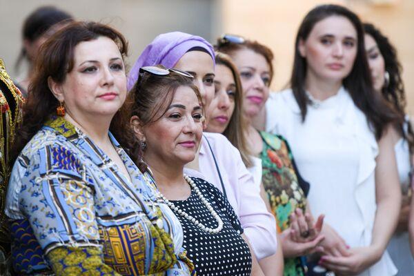 Посетители на Неделе узбекской кухни в Азербайджане. - Sputnik Азербайджан