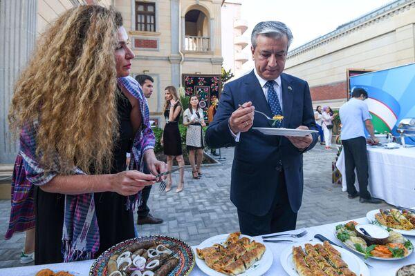 На церемонии награждения победителей выступил Чрезвычайный и Полномочный Посол Узбекистана в Азербайджане Бахром Ашрафханов, который также провел дегустацию представленных блюд, не скупясь на комплименты. - Sputnik Азербайджан