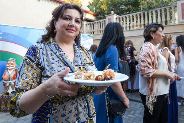 В онлайн конкурсе активное участие приняли более 60 человек, а наиболее популярными стали публикации о приготовленных участниками конкурса таких узбекских блюд, как плов, самса, шивит ош, чалоп, лагман, шурпа, холвайтар, манты, гуль-ханум и другие. - Sputnik Азербайджан
