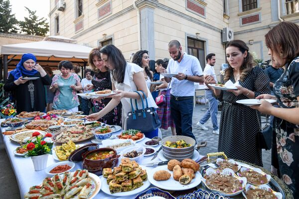 Посетители дегустируют блюда на Неделе узбекской кухни в Азербайджане. - Sputnik Азербайджан