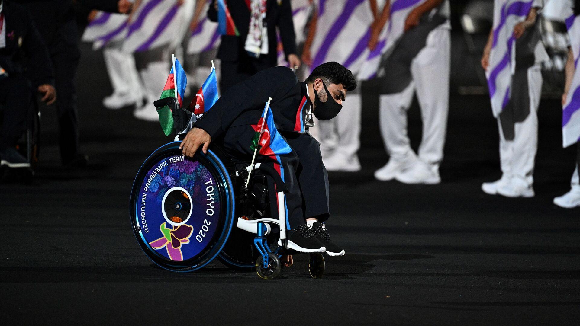 Член сборной Азербайджана на церемонии открытия Паралимпийских игр в Токио - Sputnik Азербайджан, 1920, 07.09.2021