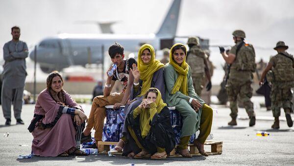 Женщины и дети в ожидании эвакуации в аэропорту Кабула  - Sputnik Азербайджан