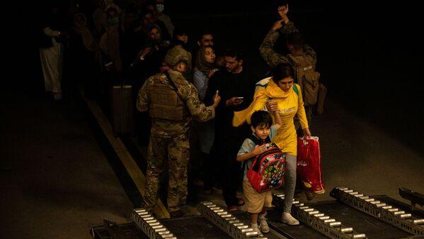 Эвакуированные из Афганистана во время посадки на самолет. - Sputnik Азербайджан