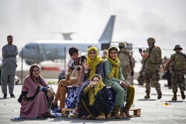 Женщины и дети в ожидании эвакуации в аэропорту Кабула. - Sputnik Азербайджан