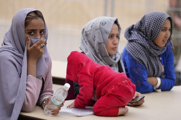 Афганские женщины на авиабазе Ramstein в Германии. - Sputnik Азербайджан