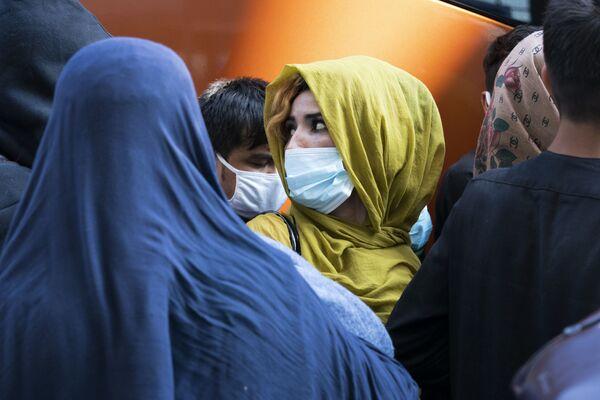 Эвакуированные семьи в аэропорту Dulles в США. - Sputnik Азербайджан