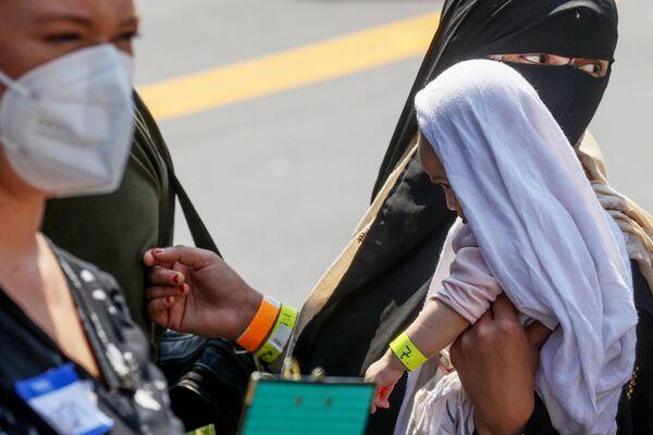 Афганские семьи в аэропорту Dulles в США. - Sputnik Азербайджан