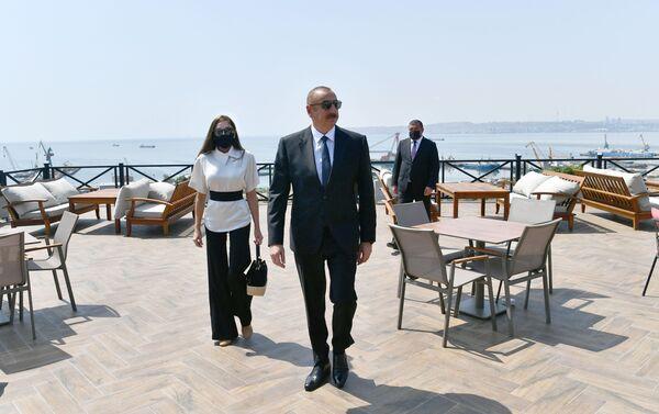 """Prezident İlham Əliyev və birinci xanım Mehriban Əliyeva Bakıda yeni yaradılan """"Gənclik"""" parkının açılışında - Sputnik Azərbaycan"""