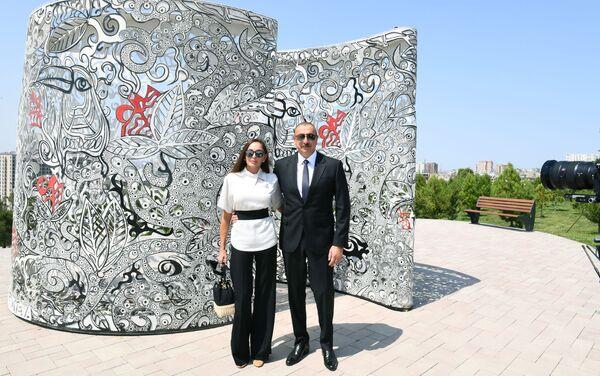 """Prezident İlham Əliyev və birinci xanım Mehriban Əliyeva Bakıda yeni yaradılan """"Gənclik"""" parkının açılışında - Sputnik Азербайджан"""