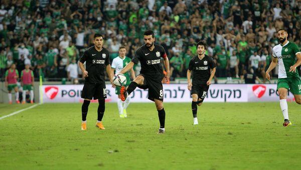 Игровой момент в матче Нефтчи и Маккаби Хайф - Sputnik Азербайджан