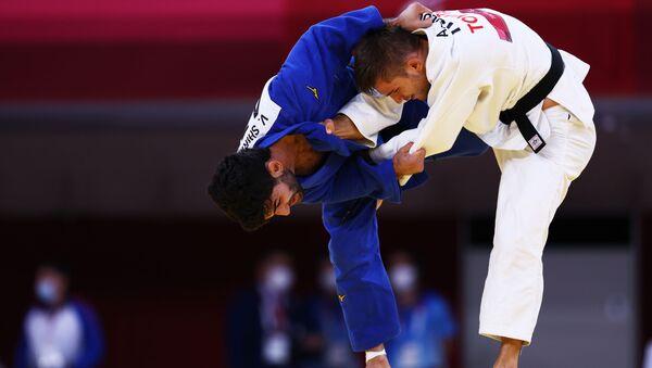 Азербайджанский дзюдоист Вюгар Ширинли против румынского спортсмена Алекса Бологи во время соревнований на Паралимпийских играх Токио-2020 - Sputnik Азербайджан