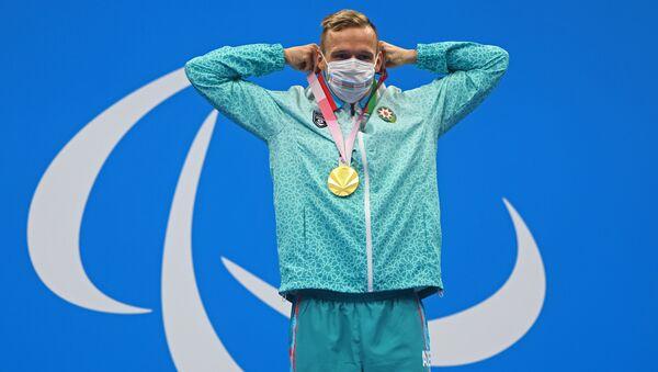 Азербайджанский пловец Роман Салех на церемонии награждения Паралимпийских игр Токио-2020 - Sputnik Азербайджан