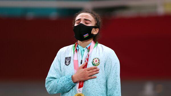 Азербайджанская дзюдоистка Шахана Гаджиева на церемонии награждения Паралимпийских игр Токио-2020 - Sputnik Азербайджан