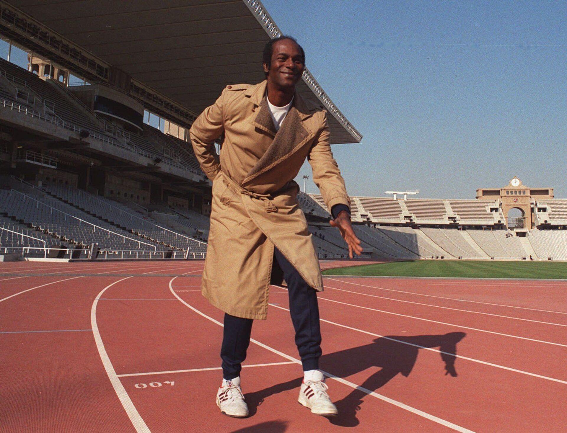 Боб Бимон позирует на олимпийском стадионе в Барселоне, 19 января 1990 года - Sputnik Азербайджан, 1920, 01.10.2021