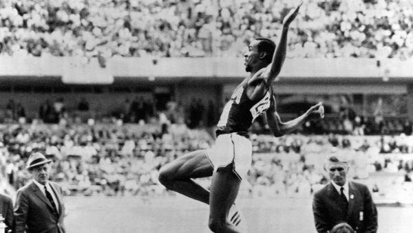 Американский спортсмен Боб Бимон на соревнованиях по прыжкам в длину на Олимпийских играх в Мексике 19 октября 1968 года - Sputnik Азербайджан