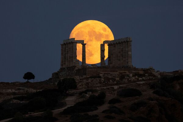 Почти полная луна в небе у Афин. - Sputnik Азербайджан