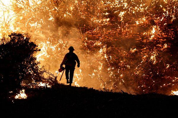 Пожарный во время пожара в Калифорнии, США. - Sputnik Азербайджан