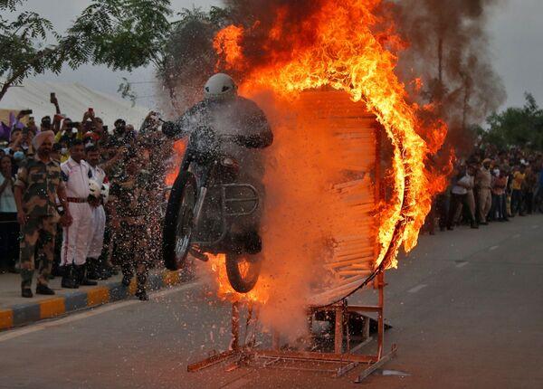 Военнослужащий Пограничных сил безопасности выполняет трюк на мотоцикле во время шоу в Индии. - Sputnik Азербайджан