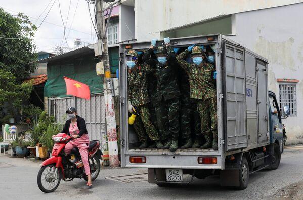 Вьетнамские солдаты доставили продовольствие в зону локдауна в Хошимине, Вьетнам. - Sputnik Азербайджан