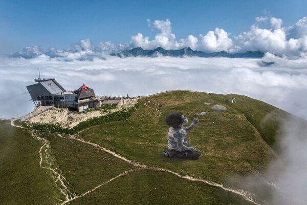 Гигантская фреска в стиле ленд-арт французского художника Гийома Легро на вершине горы Ле Молезон в швейцарских Приальпах. - Sputnik Азербайджан