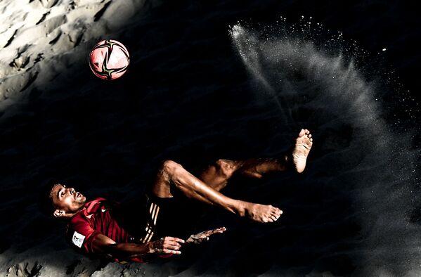 Игрок сборной Испании Чики в матче группового этапа чемпионата мира по пляжному футболу 2021 между сборными командами Испании и ОАЭ. - Sputnik Азербайджан