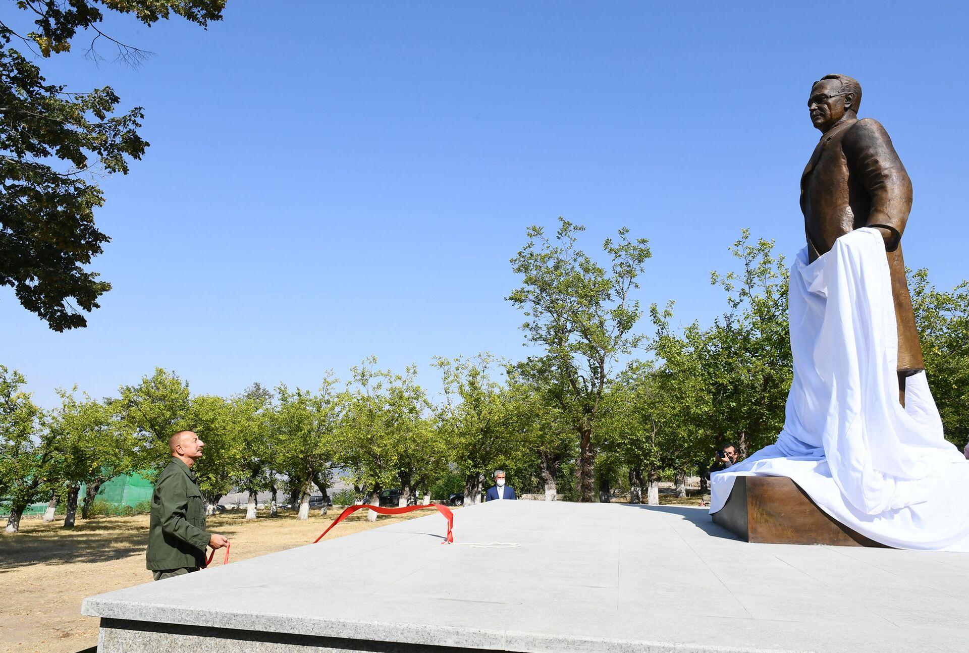 Prezident İlham Əliyev Şuşada Üzeyir Hacıbəylinin heykəlinin açılışında - Sputnik Азербайджан, 1920, 01.10.2021
