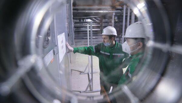 Рабочие во время наладки оборудования и подготовки предприятия Р-Фарм в Москве к производству вакцины от COVID-19 - Sputnik Азербайджан