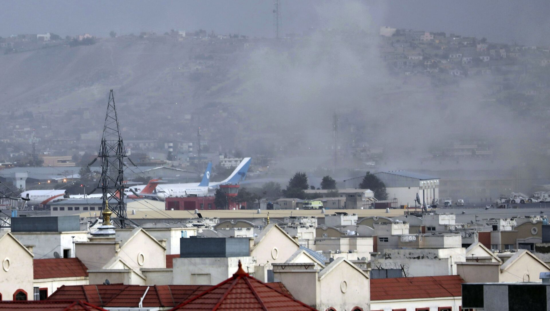 Дым от взрыва возле аэропорта в Кабуле, Афганистан - Sputnik Азербайджан, 1920, 31.08.2021