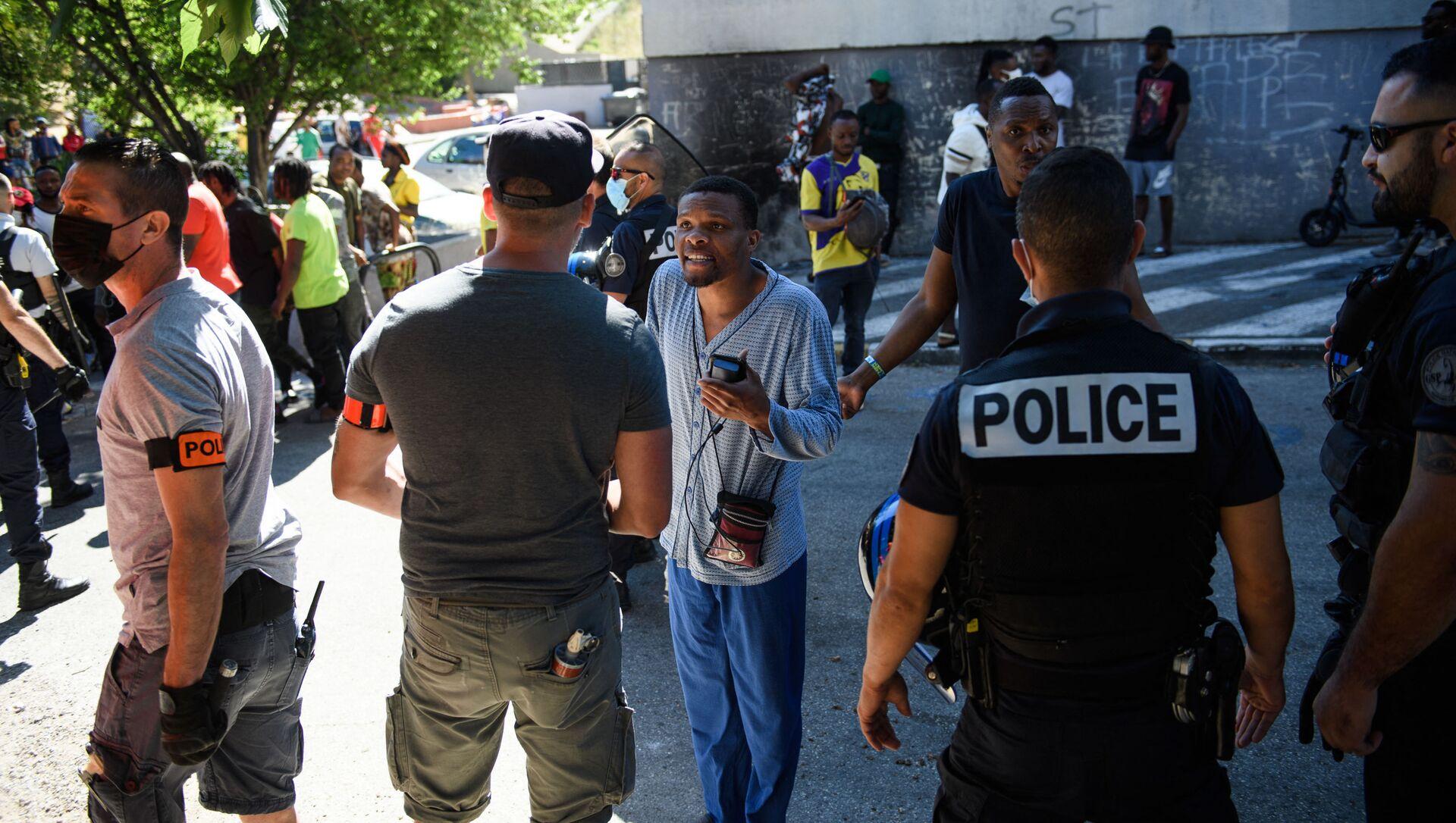 Люди разговаривают с полицейскими в Марселе, на юге Франции - Sputnik Азербайджан, 1920, 30.08.2021
