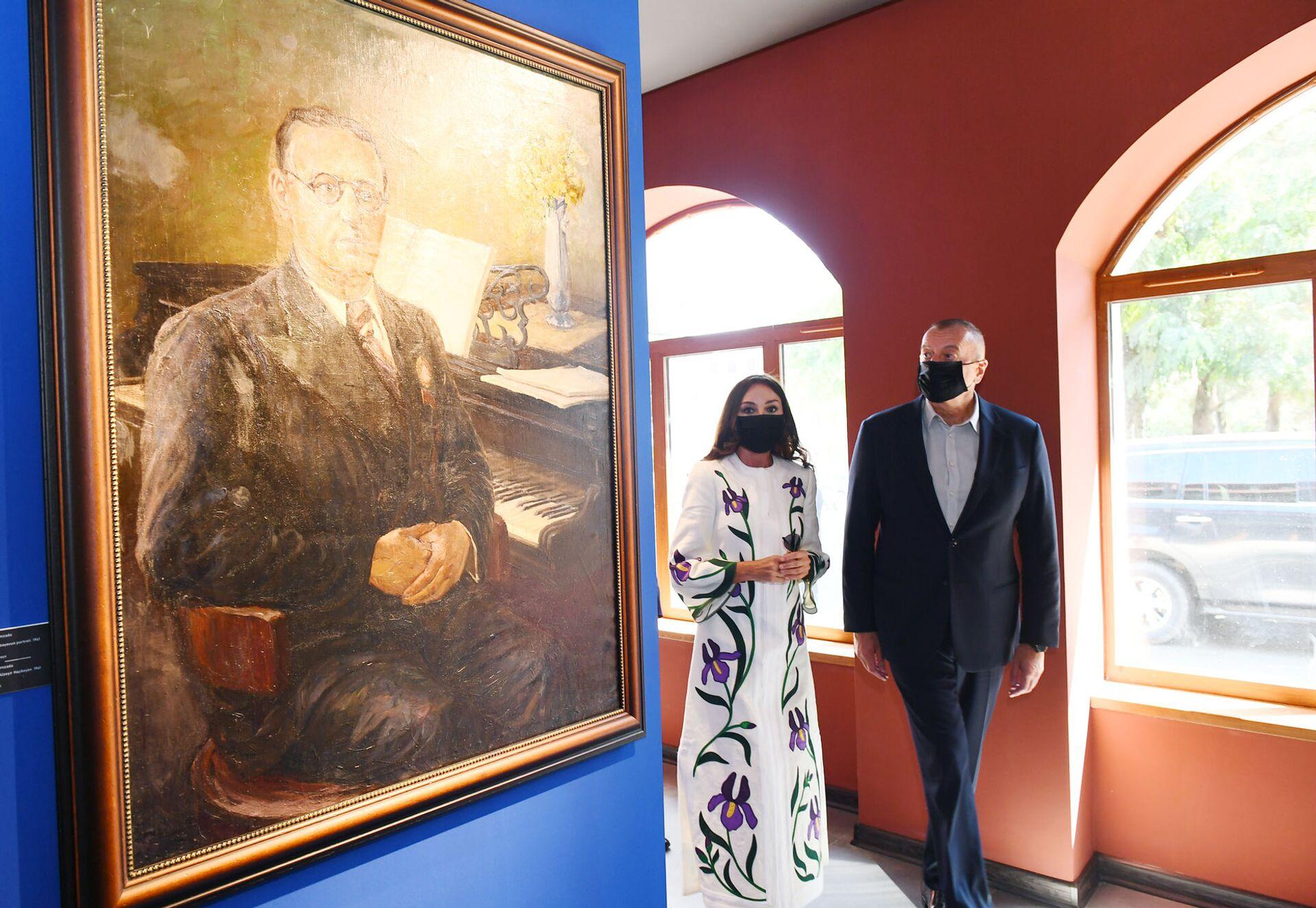 İlham Əliyev və birinci xanım Mehriban Əliyeva Heydər Əliyev Fondu tərəfindən Şuşada təşkil edilən sərgilərlə tanış olublar - Sputnik Азербайджан, 1920, 01.10.2021