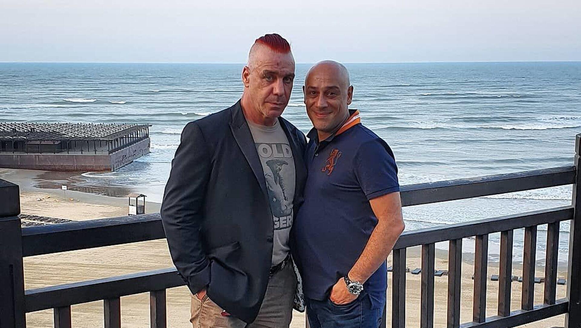 Солист рок-группы «Rammstein» Тилль Линдеманн и его продюсер азербайджанец Анар Рейбанд  - Sputnik Азербайджан, 1920, 30.08.2021