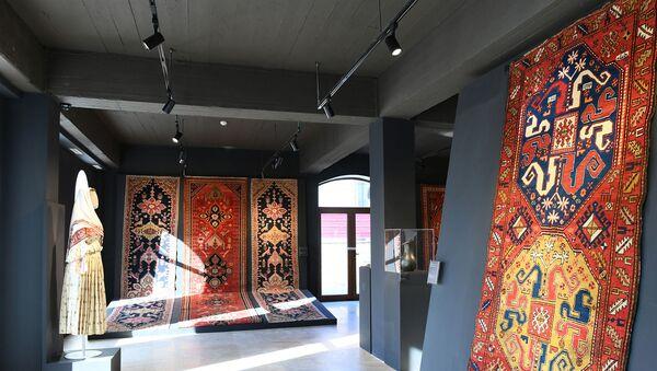 Выставка Снова в родном краю: жемчужины искусства Карабаха, организованными Фондом Гейдара Алиева в рамках Дней поэзии Вагифа в Шуше - Sputnik Азербайджан