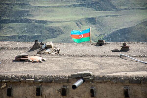Quba rayonunun Xınalıq kəndində evin üstündə Azərbaycan bayrağı. - Sputnik Azərbaycan