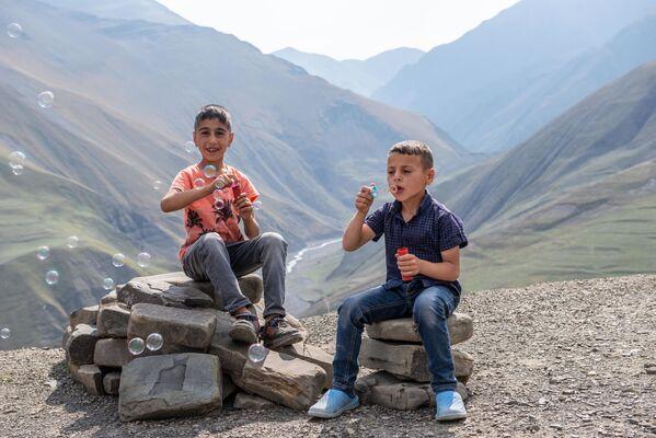 Quba rayonunun Xınalıq kəndində oynayan uşaqlar. - Sputnik Azərbaycan