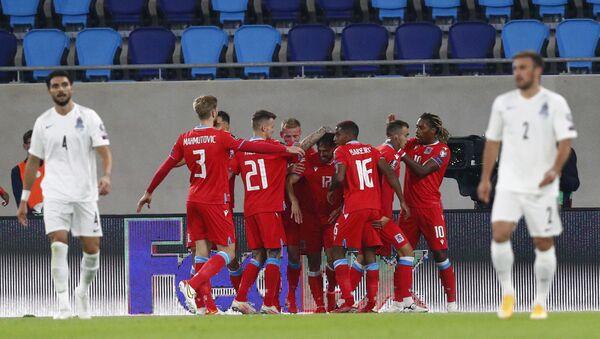 Футболисты сборной Люксембурга празднуют забитый в ворота команды Азербайджана гол - Sputnik Азербайджан