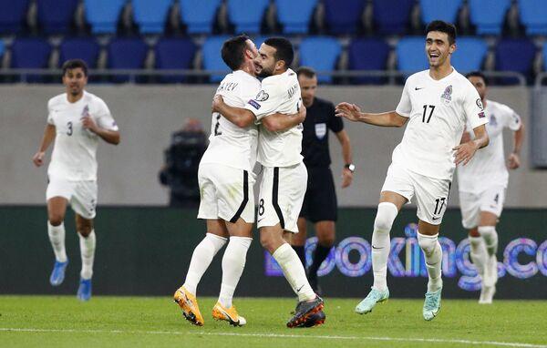Футболисты сборной Азербайджана празднуют забитый в ворота команды Люксембурга гол. - Sputnik Азербайджан