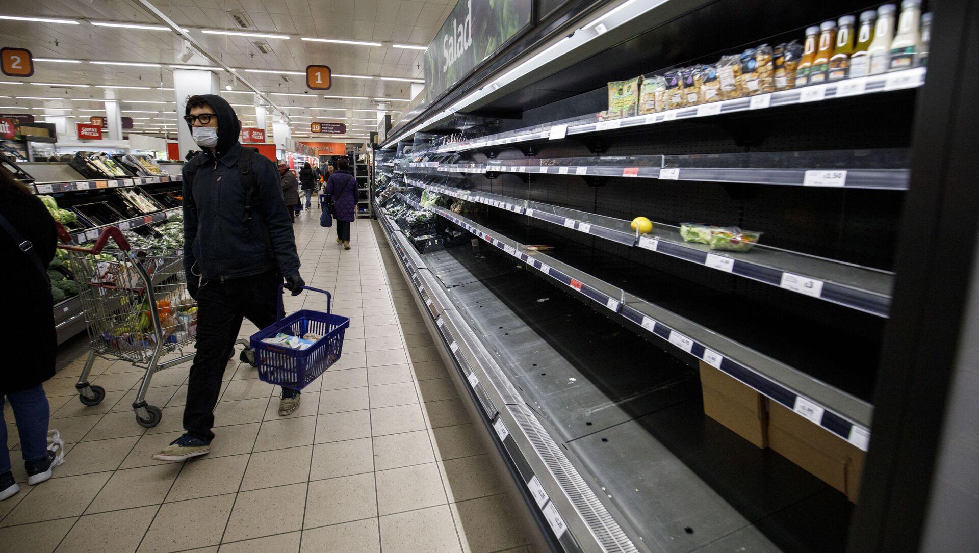 Люди возле пустых полок в супермаркете Лондона - Sputnik Азербайджан, 1920, 04.09.2021