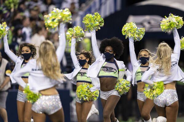 """Sietldə """"Los Angeles Chargers"""" və """"Seattle Seahawks"""" komandaları arasında keçirilən futbol matçının fasiləsində çerliderlər. - Sputnik Azərbaycan"""