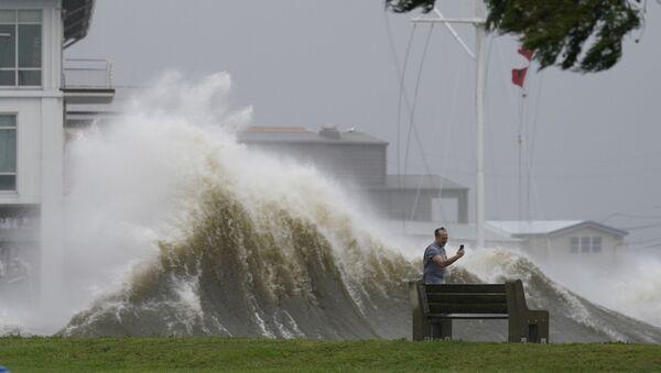 Мужчина фотографирует высокие волны на берегу озера Пончартрейн во время приближения урагана Ида в Новом Орлеане - Sputnik Азербайджан