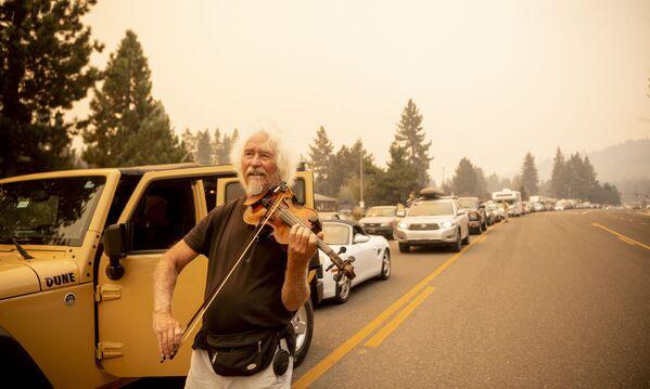 Mel Smoters Kaliforniya yolunda evakuasiya olunanlarla tıxacda skripka çalır. - Sputnik Azərbaycan