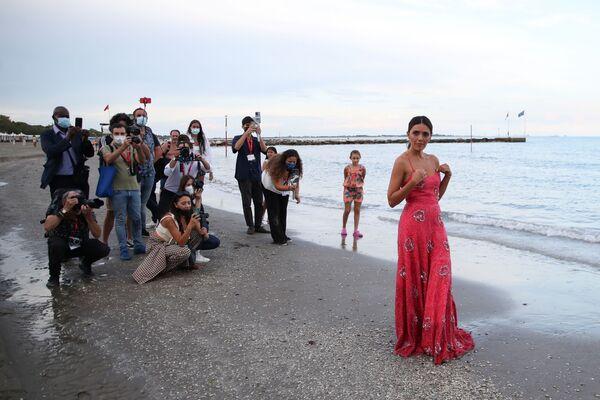 Aktrisa Serena Rossi Venesiya çimərliyində çəkiliş zamanı. - Sputnik Azərbaycan