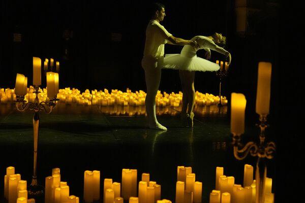 """Balet sənətçiləri Parisdəki """"Mogador"""" teatrında konsert zamanı """"Şelkunçik"""" baletindən rəqsi ifa edirlər. - Sputnik Azərbaycan"""