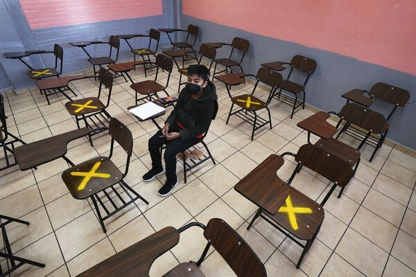 Meksikada İstacalco məktəbində şagird fərdi dərs zamanı. - Sputnik Azərbaycan