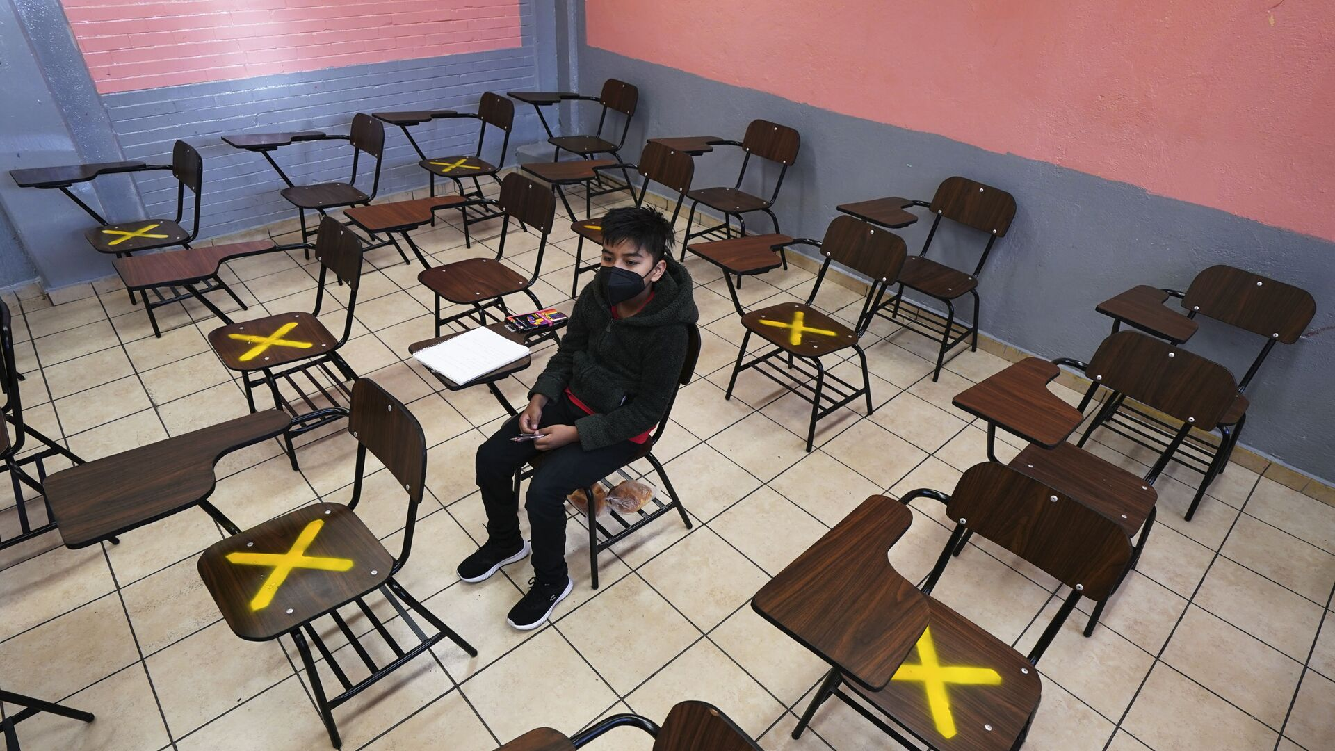 Ученик во время индивидуального занятия в школе в Истакалько, Мексика - Sputnik Азербайджан, 1920, 14.10.2021